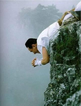 Современный сюгэндзя исполняет ритуал поклонения Фудо-мё, лёжа на скале над пропастью (г.Кумано)