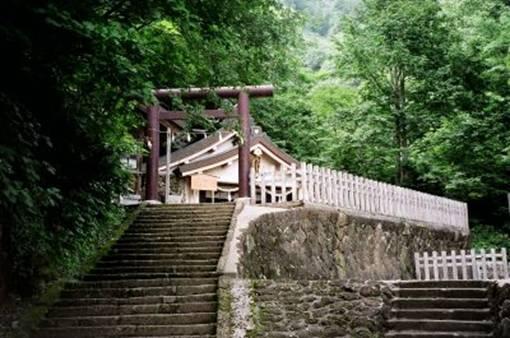 Лестница и ворота тории, ведущие к легендарному храму на горе Хэйдзан (деревня Тогакуси)