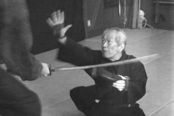 Хацуми Масааки демонстрирует технику укэми сюко тайдзюцу. Обратите внимание, что на ногах сокэ надеты асико – ножные когти