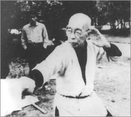 Такамацу Тосицугу саю удэ тонсо ката из комплекса Санто Тонко