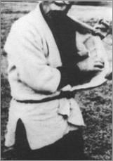 Такамацу показывает, где ниндзя хранит сэнбан-сюрикэн и мэцубуси