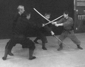 Технику «ускользания» при атаке троих нападающих с мечами демонстрирует Хацуми Масааки